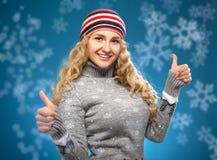 Menina feliz com polegares acima. Conceito do inverno. imagem de stock royalty free