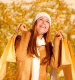 Menina feliz com sacos de compra Fotografia de Stock Royalty Free