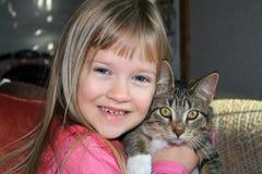 Menina feliz com seu gatinho. Imagens de Stock Royalty Free