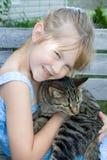 Menina feliz com seu gato da vaquinha. Fotografia de Stock Royalty Free