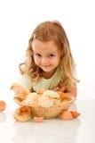 Menina feliz com seus pintainhos imagens de stock