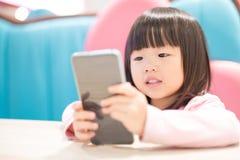Menina feliz com telefone esperto imagens de stock royalty free