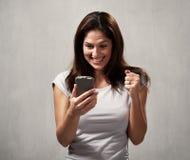 Menina feliz com telemóvel imagens de stock royalty free