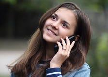 Menina feliz com um telefone Fotografia de Stock