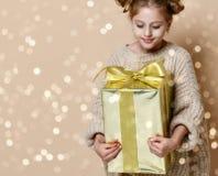 Menina feliz da criança com caixa de presente fotos de stock royalty free
