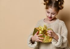 Menina feliz da criança com caixa de presente fotografia de stock royalty free