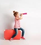 A menina feliz da criança com telescópio pequeno, explora e aventura-se o conceito imagens de stock royalty free