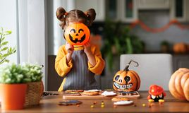 A menina feliz da criança nos trajes das abóboras está preparando-se para o holi imagem de stock