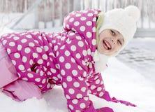 Menina feliz da criança que tem o divertimento na neve Imagem de Stock Royalty Free
