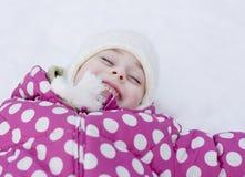 Menina feliz da criança que tem o divertimento na neve Fotos de Stock Royalty Free