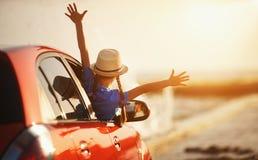 A menina feliz da criança vai à viagem do curso do verão no carro imagens de stock royalty free