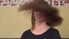 Menina feliz de cabelos compridos bonita que levanta dentro Mulher bonita nova que aprecia no estilo de vida vídeos de arquivo