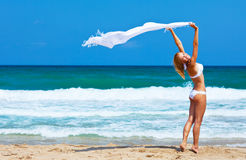 Menina feliz de dança na praia Foto de Stock