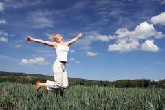 Menina feliz de salto Fotos de Stock Royalty Free