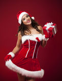 Menina feliz de Santa com presente Fotografia de Stock Royalty Free