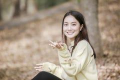 A menina feliz de sorriso e vestir da mulher asiática bonita mornas vestem-se fotografia de stock royalty free