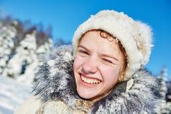 Menina feliz de sorriso no inverno Imagens de Stock Royalty Free