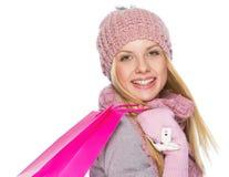Menina feliz do adolescente no chapéu e no lenço do inverno com saco de compras fotografia de stock royalty free