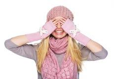 Menina feliz do adolescente nos olhos de fechamento do chapéu e do lenço do inverno Foto de Stock Royalty Free