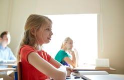 Menina feliz do estudante na lição da escola Foto de Stock Royalty Free