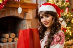 Menina feliz do feriado após a compra Imagem de Stock