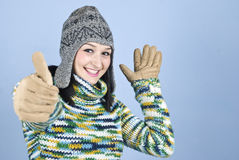 A menina feliz do inverno dá os polegares acima Imagens de Stock
