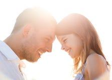 Menina feliz do pai e da criança que tem o divertimento Fotos de Stock Royalty Free