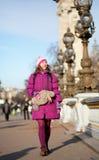 Menina feliz do turista com o saco engraçado em Paris Imagens de Stock