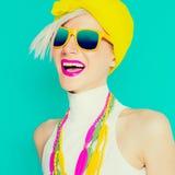 Menina feliz do verão em acessórios brilhantes na moda Imagem de Stock