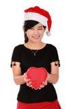 Menina feliz do Xmas que guarda a caixa dada forma coração fotos de stock