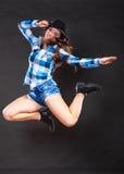 Menina feliz e alegre da mulher que salta e que tem o divertimento Imagem de Stock