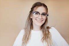 Menina feliz e bonita com vidros e cintas Sorriso da mulher nova imagens de stock royalty free