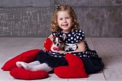 Menina feliz e chihuahua da criança dos amigos que jogam em casa Fotografia de Stock Royalty Free