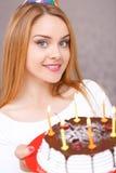 Menina feliz e seu bolo de aniversário fotografia de stock royalty free
