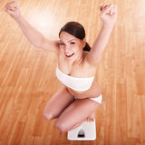 Menina feliz em escalas. Peso-perda. Imagens de Stock