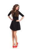 Menina feliz em Mini Dress preto e nos saltos altos vermelhos Foto de Stock