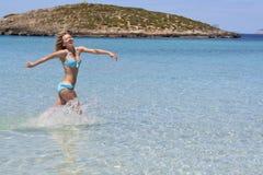 Menina feliz em seawater running do biquini Imagem de Stock Royalty Free
