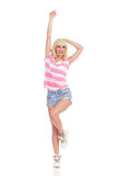 Menina feliz em short listrado da parte superior e das calças de brim Fotografia de Stock