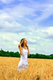 Menina feliz em um campo de trigo Imagem de Stock