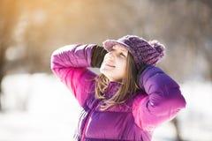 Menina feliz em um chapéu no sol foto de stock