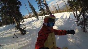 Menina feliz em um snowboard que desliza abaixo da inclinação filme