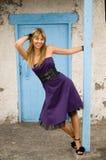 Menina feliz em uma porta azul Fotografia de Stock Royalty Free