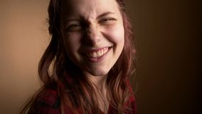 A menina feliz emocional do adolescente faz as caras engraçadas, dança e divertimento ter Expressando a positividade e a alegria  filme