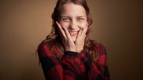 A menina feliz emocional do adolescente faz as caras engraçadas, dança e divertimento ter Expressando a positividade e a alegria  vídeos de arquivo