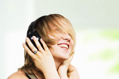 A menina feliz escuta a música Imagem de Stock Royalty Free