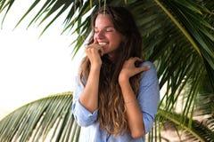 A menina feliz, estando nos trópicos, é muitos mares, grama, árvores, foto morna, menina estar no mar, zhknshchina elegante, Imagem de Stock Royalty Free