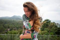 A menina feliz, estando nos trópicos, é muitos mares, grama, árvores, foto morna, menina estar no mar, zhknshchina elegante Imagens de Stock