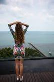 A menina feliz, estando nos trópicos, é muitos mares, grama, árvores, foto morna, menina estar no mar, zhknshchina elegante fotografia de stock royalty free