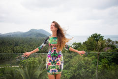 A menina feliz, estando nos trópicos, é muitos mares, grama, árvores, foto morna, menina estar no mar, zhknshchina elegante fotos de stock royalty free