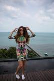 A menina feliz, estando nos trópicos, é muitos mares, grama, árvores, foto morna, menina estar no mar, zhknshchina elegante imagem de stock royalty free
